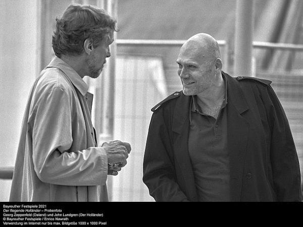 """Probe zu """"Der fliegende Holländer"""", von links: Georg Zeppenfeld (Daland) und John Lundgren (Der Holländer). (c) Bayreuther Festspiele"""