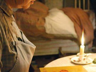 """Zur ARTE-Sendung Séraphine Tagsüber schrubbt Séraphine (Yolande Moreau) Böden, kocht und wäscht für wenig Geld. Nachts malt sie bei Kerzenschein Bilder aus Farben, die sie aus der Natur gewinnt. © Diaphana Films Foto: ARTE France Honorarfreie Verwendung nur im Zusammenhang mit genannter Sendung und bei folgender Nennung """"Bild: Sendeanstalt/Copyright"""". Andere Verwendungen nur nach vorheriger Absprache: ARTE-Bildredaktion, Silke Wölk Tel.: +33 3 90 14 22 25, E-Mail: bildredaktion@arte.tv"""