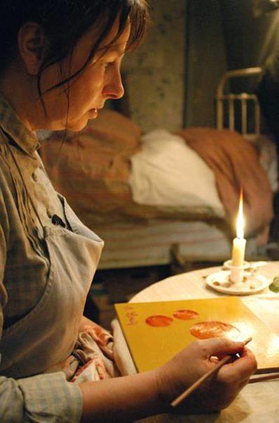 Zur ARTE-Sendung Séraphine Tagsüber schrubbt Séraphine (Yolande Moreau) Böden, kocht und wäscht für wenig Geld. Nachts malt sie bei Kerzenschein Bilder aus Farben, die sie aus der Natur gewinnt. © Diaphana Films Foto: ARTE France