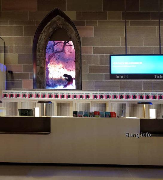 Dürnitz im Landesmuseum Württemberg: Infotheke mit Video im gotischen Fenster