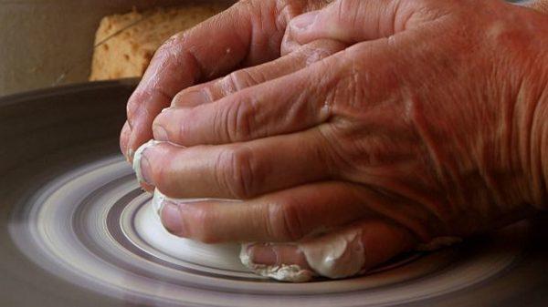 (c) SWR Keramikerin zentriert den Ton
