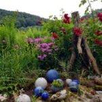 Dekoration aus Keramikkugeln, Steinen und Astgabel