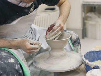 Keramiker an der Drehscheibe- Foto sv ssg-pressebild