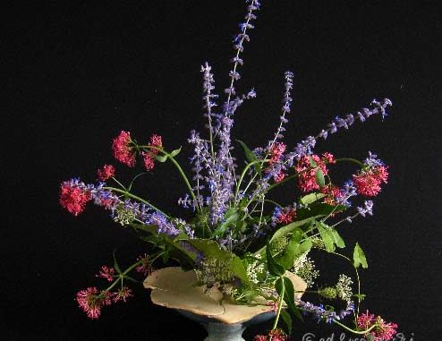 Handgetöpfertes Vasenobjekt mit Gesteck