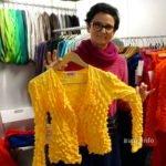 gelbe Strickjacke, Designerin