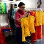 Designerin mit ihrer Strickjacke