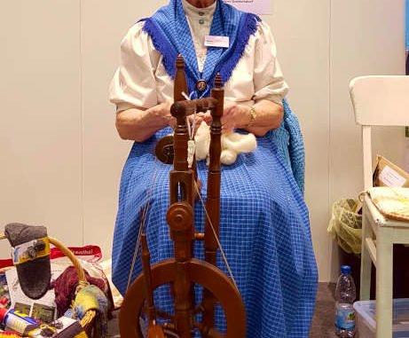 Frau am Spinnrad