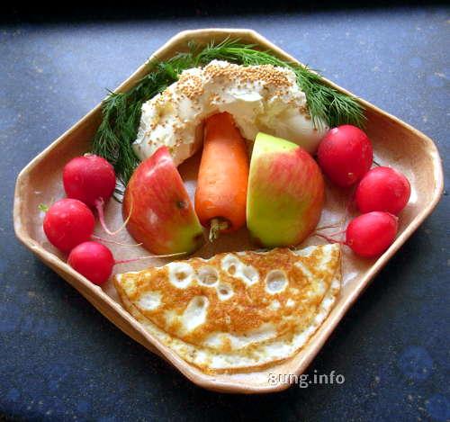 Zutaten für die Frischkäsecreme: Ei, Apfel, Möhre, Dill, Radieschen: