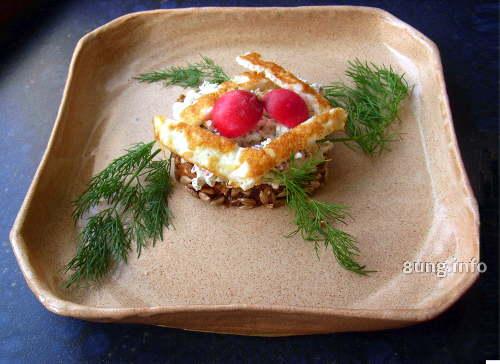 Fertige Frischkäsecreme auf einem Stück Vollkornbrot, dekoriert mit Dill