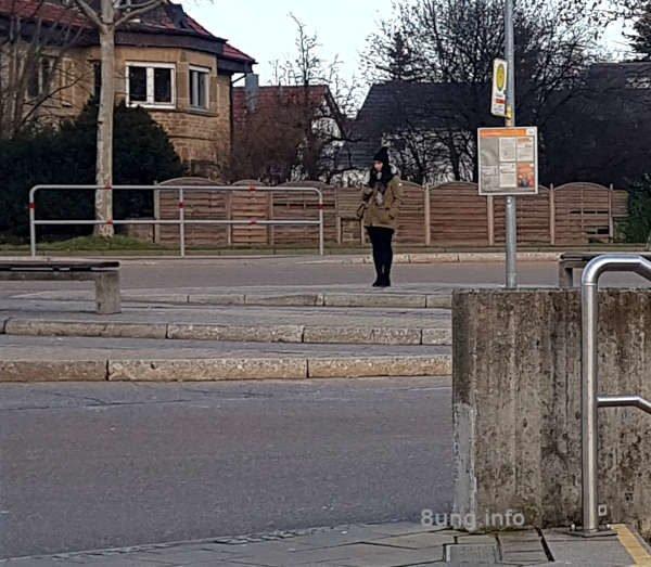Junge Frau einsam an einer bushaltestelle