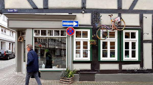 Fahrrad am Haus befestigt