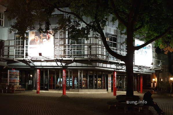 Theater am Ballhof bei Nacht