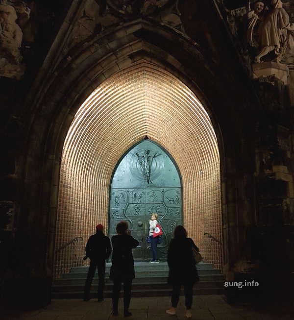 Kirchenportal mit neuer Tür