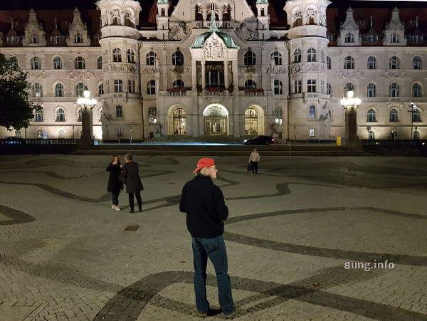vor dem neuen Rathaus in Hannover