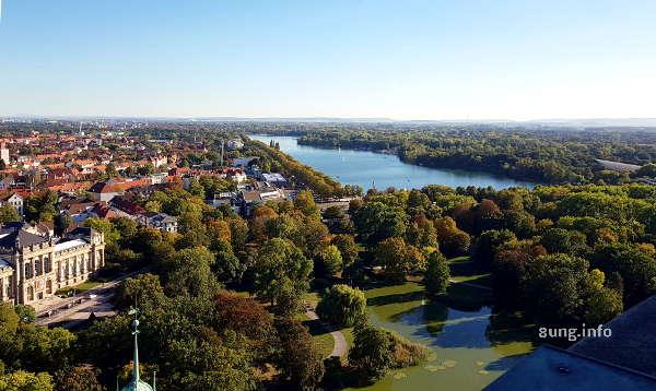 Blick vom Neuen Rathaus in Hannover auf den Maschsee