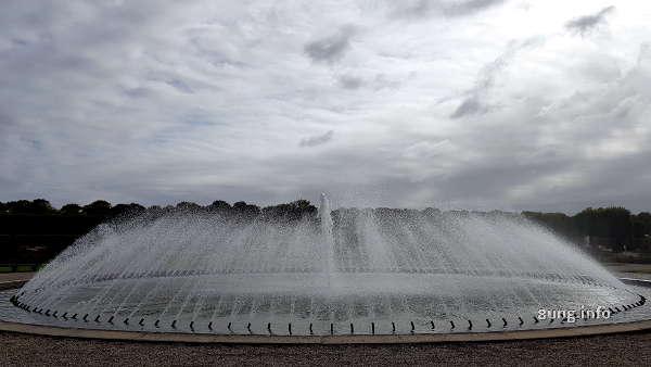 Springbrunnen mit grauem Himmel
