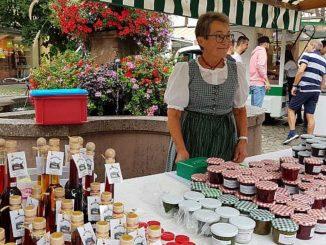Landfrau mit selbst gekochten Marmeladen