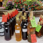 Obstessig, Kräuteröl, Holundersirup auf dem Markt