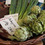 Artischocken, Lachzwiebeln, Auberginen auf dem Markt