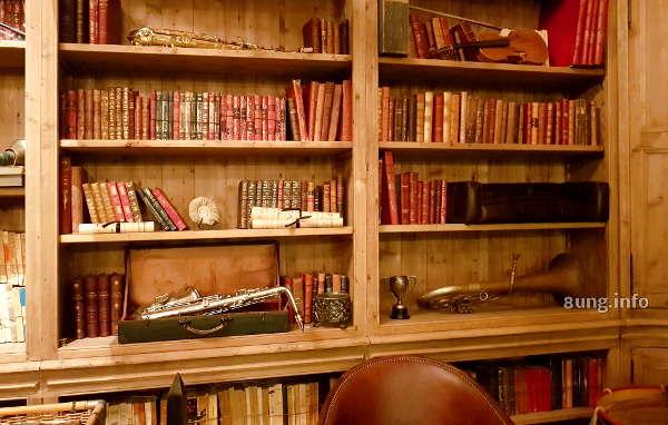 Oboe, Tenorhorn, Saxophon zwischen alten Büchern