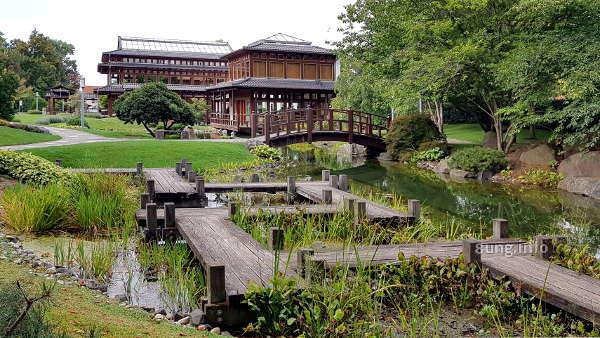 Holzsteg über einen Teich