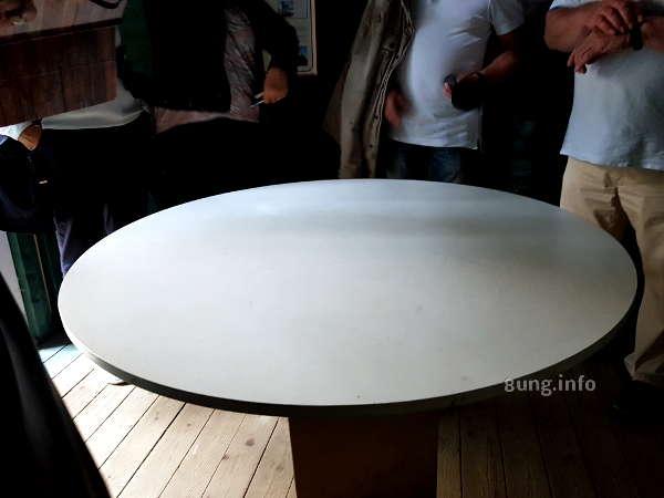 Camera Obscura in Marburg - weiße Tischplatte