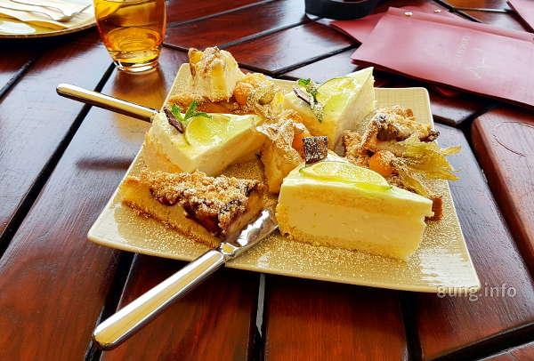 Tortenstücke am Tischbuffet
