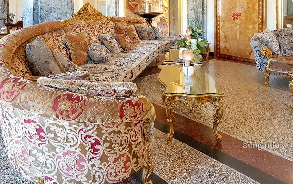 Sofa und Tisch im Grand Hotel