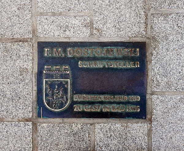 Gedenkplatte im Boden eingelassen