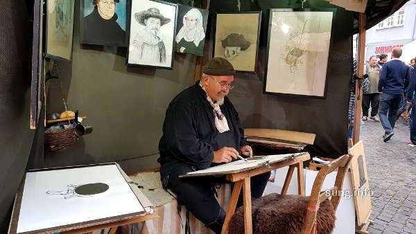 Zeichner auf dem Mittelaltermarkt