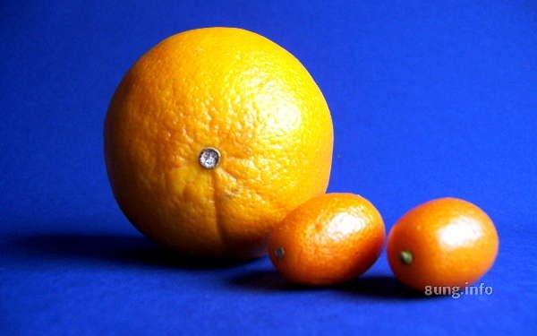 3 Orangen vor blauem Hintergrund