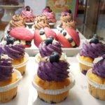 bunte Cupcakes in lila und rosa