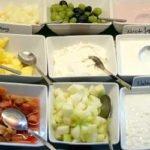 Obst, angemachter Quark, Milchreis, Joghurt auf dem Frühstücksbuffett