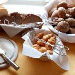 Verschiedene Brotsorten, Kuchen und Waffeln