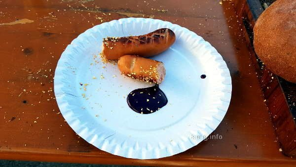 Currywurst mit Blaubeersenf auf dem Pappteller