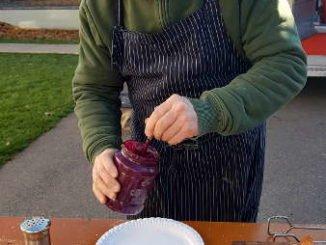 Mario Ohno mit seiner Currywurst