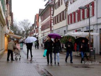 Schirmträger im Nieselregen