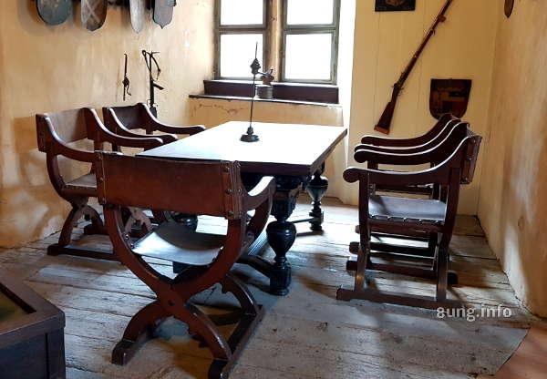 Zimmer mit Tisch und Stühlen auf Burg Runkel