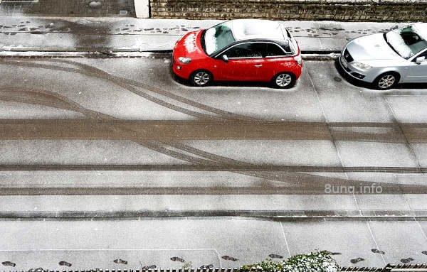 Fahrspuren im Schnee auf der Straße