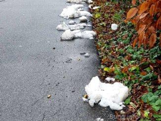 Schmilzender Schnee, Haufen am Straßenrand