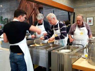 Essensausgabe in der Vesperkirche in Kirchheim/Teck