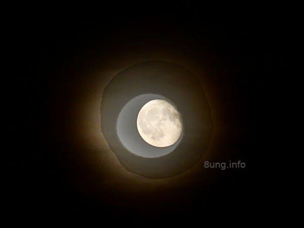 Vollmond nach einer totalen Mondfinsternis