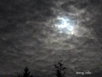 Super-Vollmond hinter Wolken
