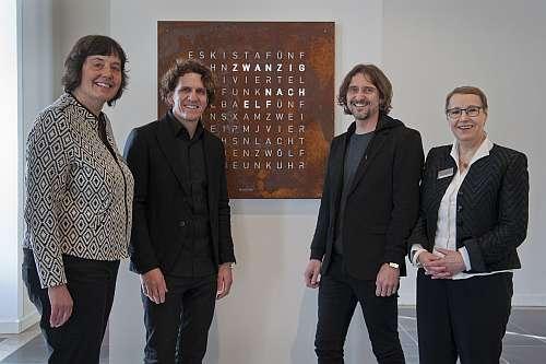 Wortuhr mit Erfindern und Museumsdirektorin
